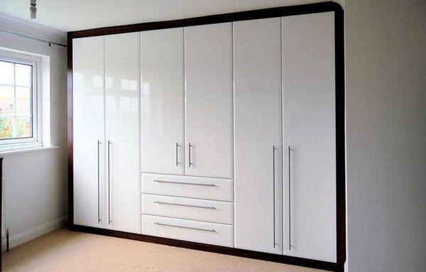 Кабинет с бели лъскави врати