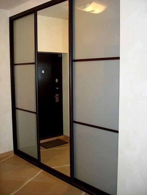 Плъзгащи врати на вградения гардероб в коридора