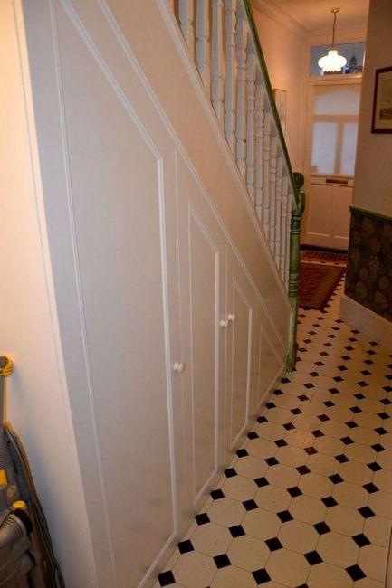 Бял вграден гардероб на стълбището