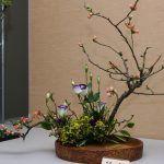 Снимка 46: Икебана от клони и цветя