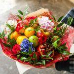 Снимка 27: Букет от плодове с цветя