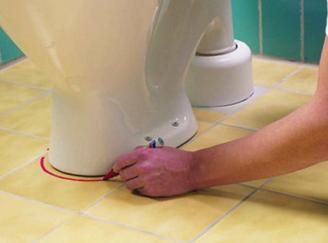 Поставете тоалетна чиния и маркирайте областта на монтажа