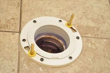 Монтаж на свързващ елемент към канализационната тръба