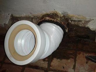 Монтиране на гофриране в отвора за канализация