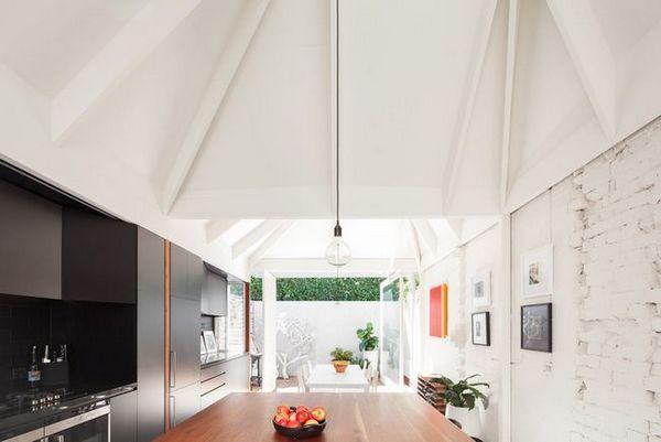 Високо издълбани тавани трансформират мрачна къща