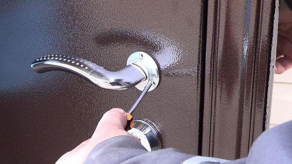 Подмяна на ключалката на входната метална врата