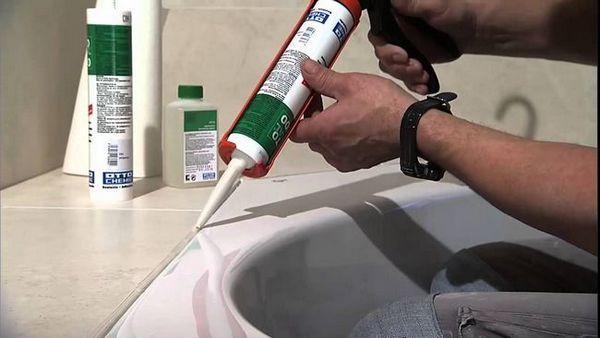Уплътняване на фуги между баня и керемиди със силикон