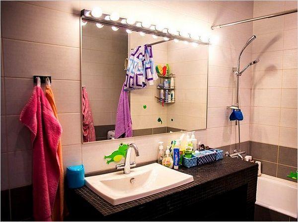 подсветката над огледалото в банята