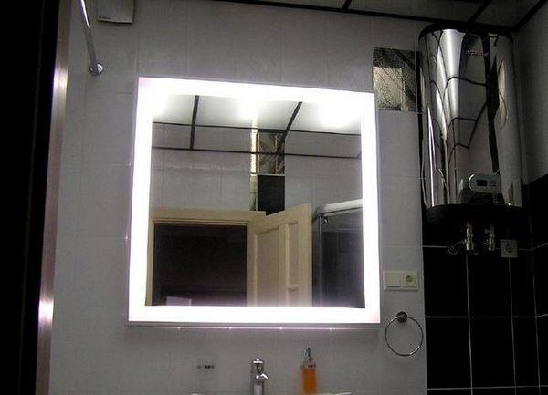 Огледайте в банята със светлина
