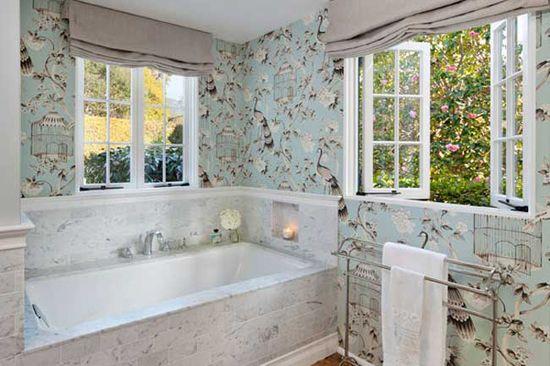 Миящ се тапет в банята